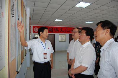 山东省政协副主席王志民(左2)与淄博市委书记刘慧晏(左3)参观图腾文化艺术展
